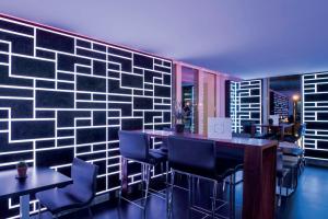 Salon avec bandeaux de LED au mur