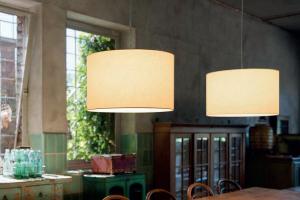 Lampes suspendue au dessus d'une table