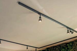 Luminaire rail sur un plafond