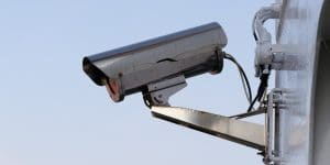Caméra de vidéosurveillance fixée en hauteur sur un mur